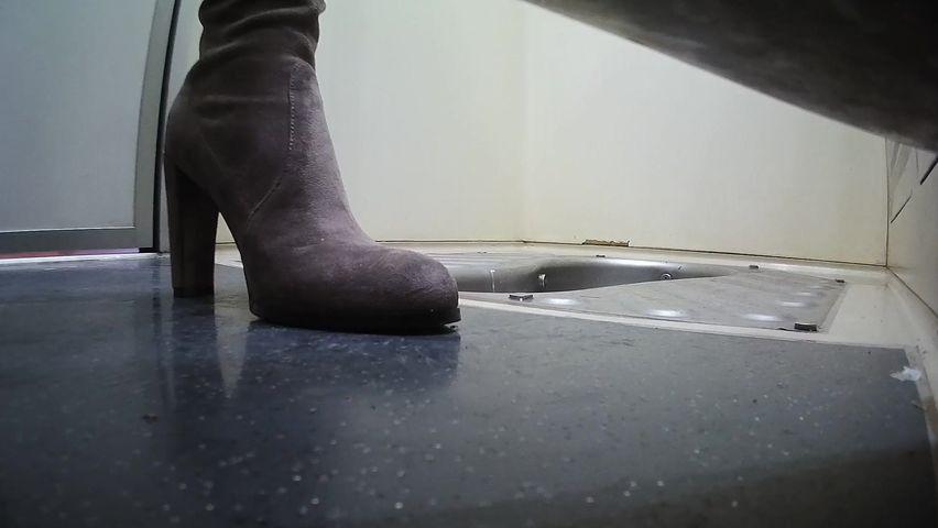 国内厕拍大神高铁厕所偷拍几个美眉带着两个女儿坐车的漂亮妈妈小穴依然嫩